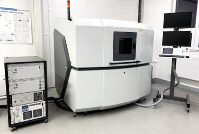 5osé mikroobráběcí centrum s femtosekundovým laserem pro opracování polykrystalického diamantu a CERMETU
